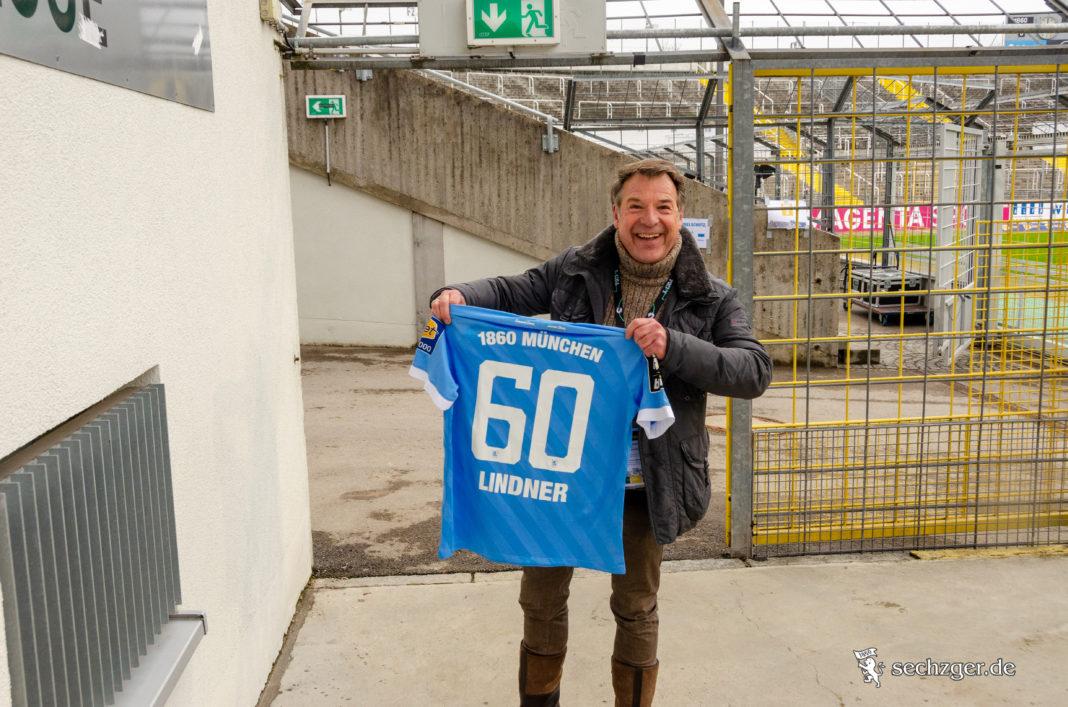 Patrick Lindner mit seinem vom Verein geschenkten Trikot