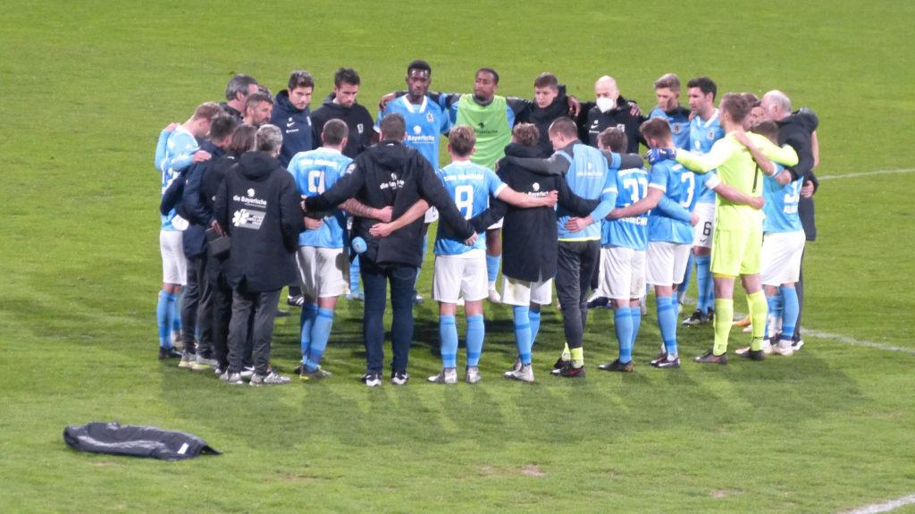 Mannschaftskreis nach Niederlage vom TSV 1860 gegen Türkgücü im Toto-Pokal