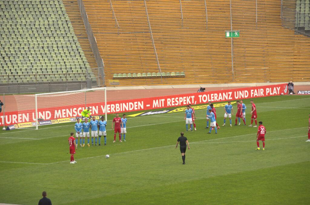 Freistoß bei Türkgücü gegen TSV 1860 München 17.04.2021