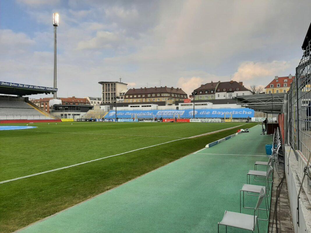 Gästeblock im Grünwalder Stadion mit Plane