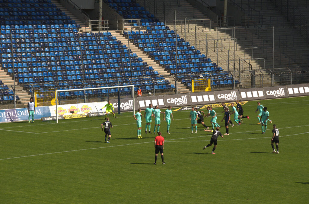 Waldhof Mannheim mit Chance zum Ausgleich gegen den TSV 1860 München durch Seegert