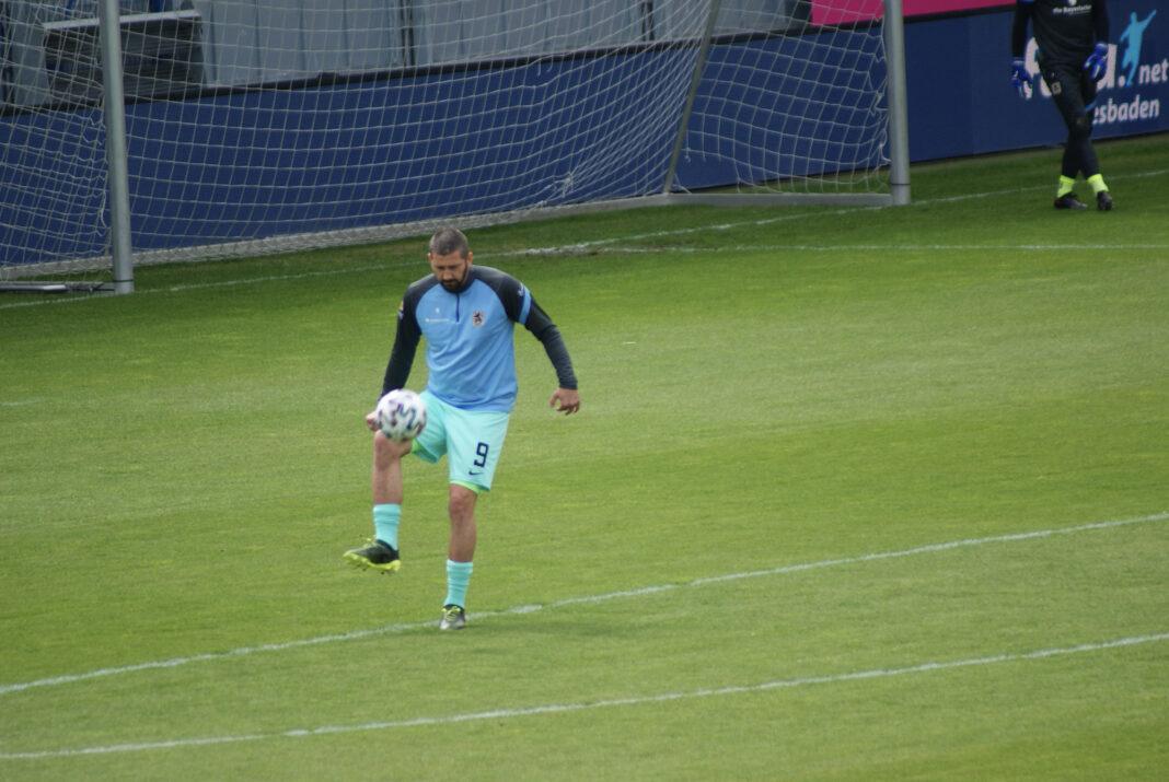 Sascha Mölders beim Aufwärmen gegen den SV Wehen Wiesbaden