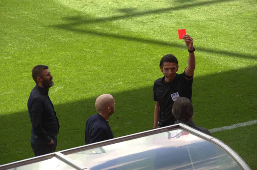 Harald Huber Torwarttrainer vom TSV 1860 München sieht die Rote Karte gegen Ingolstadt