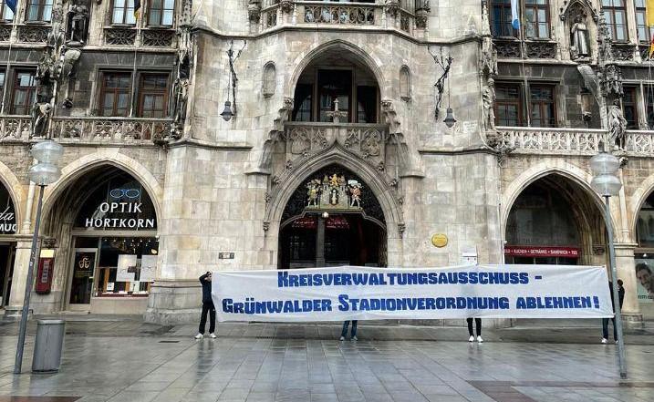 Münchner Löwen mit Spruchband zur Stadionverordnung vor dem Rathaus