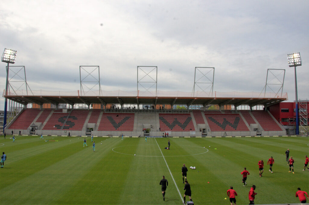 Gegengerade der BRITA-Arena vor dem Spiel SV Wehen Wiesbaden - TSV 1860 München