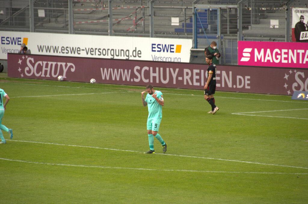 Mölders ärgert sich vergebener Chance gegen den SV Wehen Wiesbaden 08.05.2021