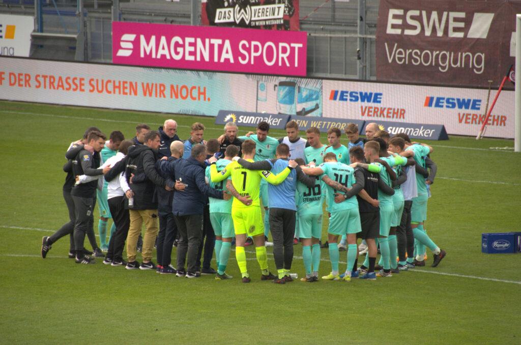Spielerkreis nach dem Unentschieden in Wiesbaden von 1860 München