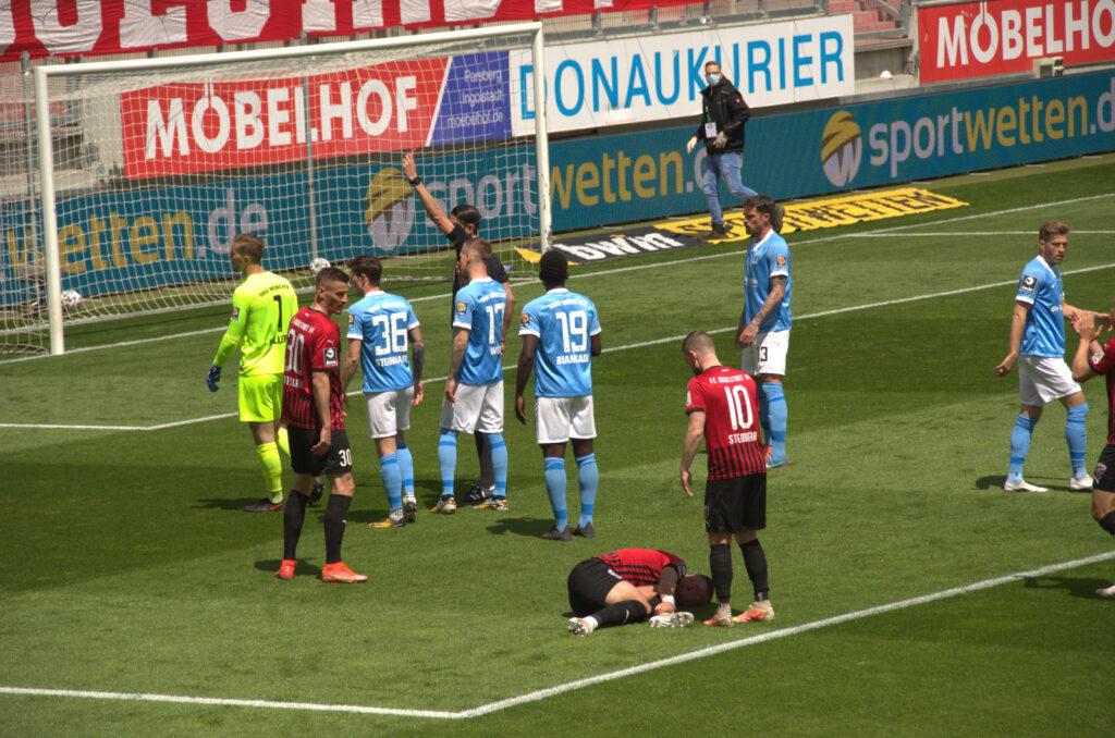 Hiller vom TSV 1860 München sieht gegen den FC Ingolstadt rot