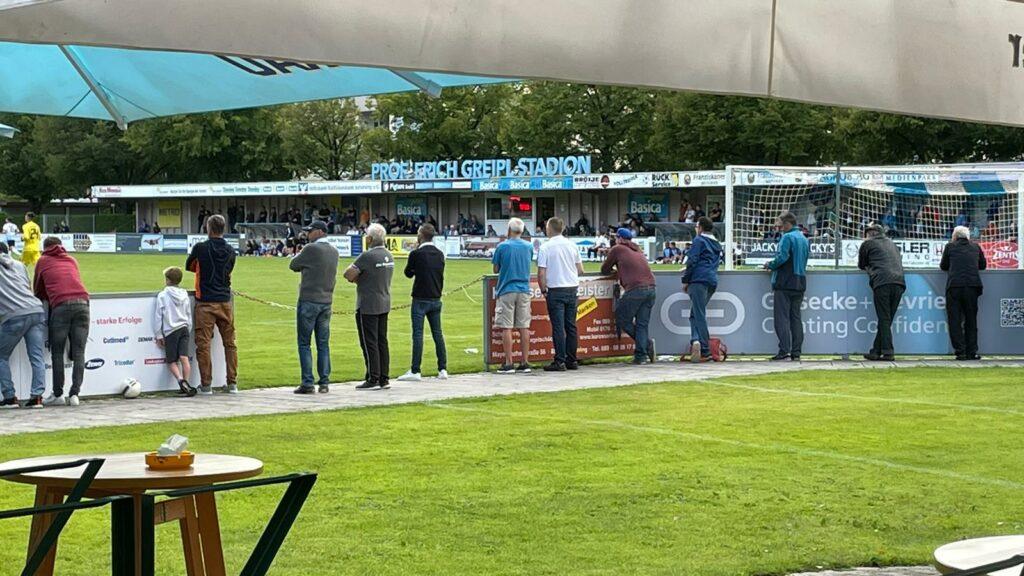 Zuschauer FC Ismaning im Prof Erich Greipl Stadion Ismaning