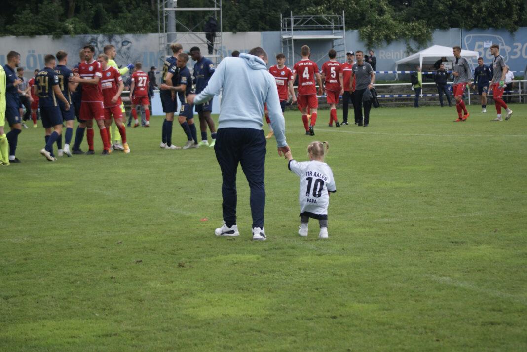 Sascha Mölders mit Kind von Sandro Abruscia beim Testspiel TSV 1860 VfR Aalen